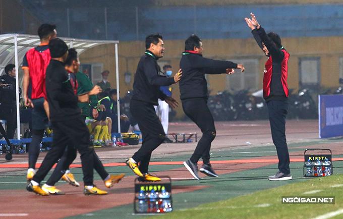 Trong khi đó, ban huấn luyện và các cầu thủ Bình Dương nhảy lên, ôm nhau ăn mừng sau khi tiếng còi kết thúc trận đấu vang lên.