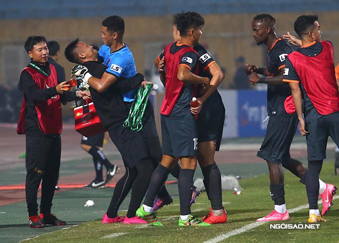 Một thành viên của Bình Dương ôm bổng thủ môn Trần Đức Cường - người thi đấu rất hay, nhiều lần làm nản lòng các chân sút của Hà Nội.