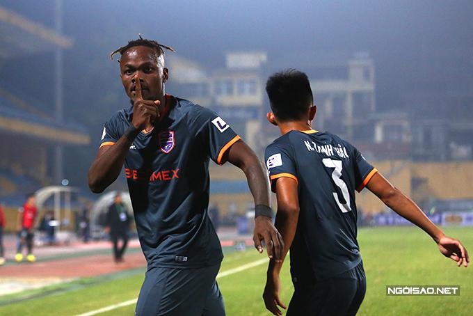 Sang đầu hiệp hai, Bình Dương bất ngờ có bàn gỡ hoà 1-1 do công của tiền đạo Mansaray dù vẫn chơi lép vế trước Hà Nội.