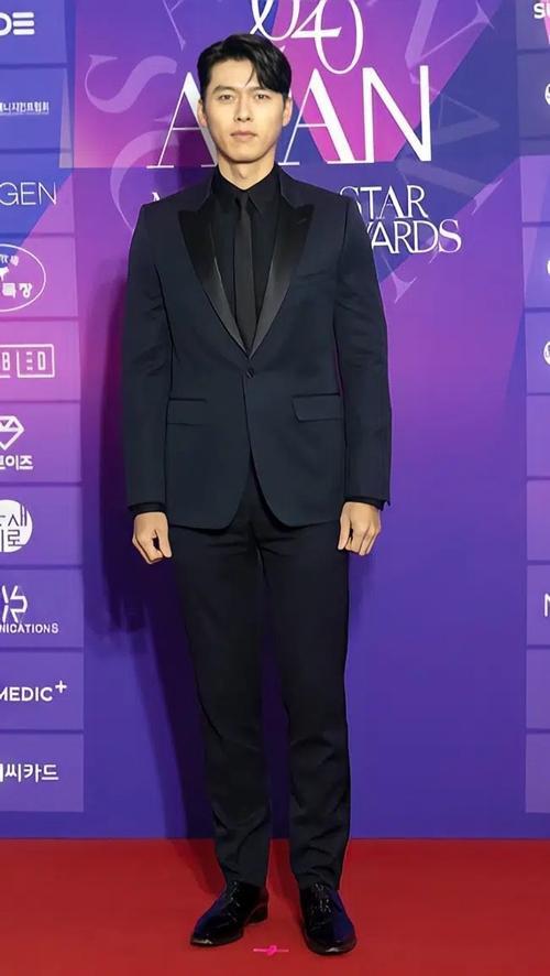 Chiều 23/1, Hyun Bin xuất hiện tại lễ trao giải Ngôi Sao APAN 2020 (APAN Star Awards). Một số nguồn tin trước đó cho biết anh và Son Ye Jin sẽ lần đầu cùng xuất hiện sau khi xác nhận hẹn hò tại sự kiện này. Tuy nhiên, Son Ye Jin vắng mặt, Hyun Bin đi thảm đỏ một mình. Lần cuối cặp đôi đứng chung một sự kiện là tại lễ trao giải Baeksang đầu tháng 6/2020. Khi đó, họ chiến thắng áp đảo ở hạng mục Sao nam - nữ nổi tiếng nhất.