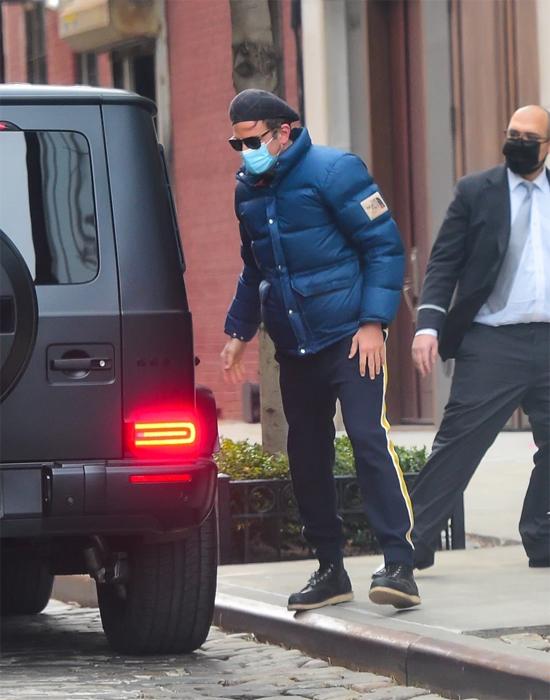 Bradley Cooper (trái) lái xe đến trước nhà bạn gái cũ - siêu mẫu Irina Shayk để đưa cô và con gái Lea của họ đi chơi.