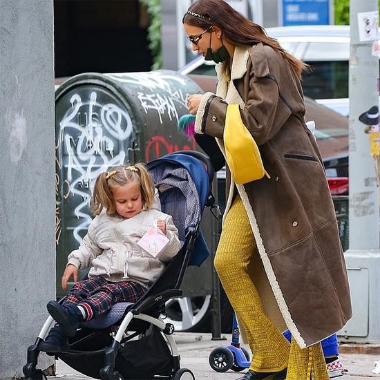 Irina Shayk được trông thấy một mình đưa con đi dạo ở New York vào buổi chiều cùng ngày. Siêu mẫu Nga hiện định cư tại New York trong khi Bradley Cooper đi lại giữa New York và California.