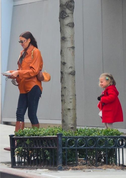 Irina và con gái cười tươi đi ra xe.