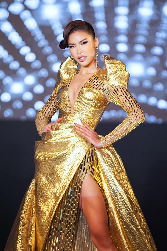 Siêu mẫu Minh Tú đầu tư trang phục màu vàng lộng lẫy.
