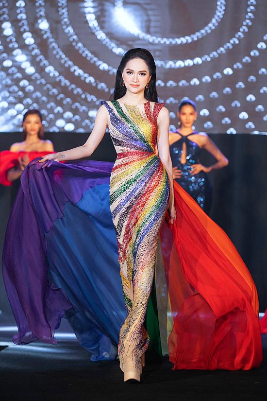 Hương giang diện trang phục lấy cảm hứng từ cờ lục sắc - đại diện cộng đồng LGBT trong chung kết show Hoa hậu Chuyển giới Việt Nam.