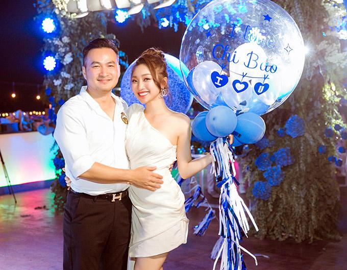Chi Bảo vừa đón tuổi 48 vào ngày 23/1. Nam diễn viên hạnh phúc khi được bạn gái Lý Thuỳ Chang gửi những lời chúc có cánh, thể hiện tình yêu nồng nàn cô dành cho anh. Ngoài ra, nữ doanh nhân còn ôn lại những khoảnh khắc say đắm khó quên trong gần 2 năm yêu Chi Bảo.