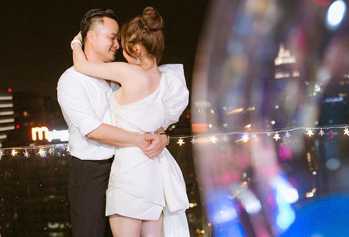 Năm 2020 Chi Bảo được người yêu tổ chức tiệc sinh nhật hoành tráng. Cả hai mặc ton-sur-ton trắng, quấn quýt không rời trong buổi tiệc ở trung tâm TP HCM.