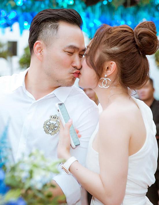 Nam diễn viên không ngại hôn môi nữ doanh nhân kém anh 16 tuổi trước mặt tất cả bạn bè, quan khách.