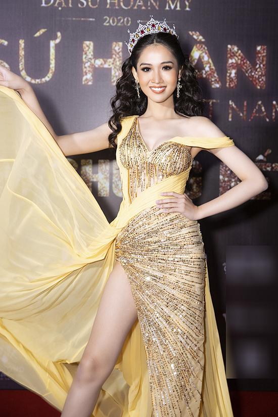 Hoa hậu Chuyển giới Việt Nam 2018 Đỗ Nhật Hà trở lại trình diễn cùng top 13 và trao vương miện cho người đẹp chiến thắng năm nay.