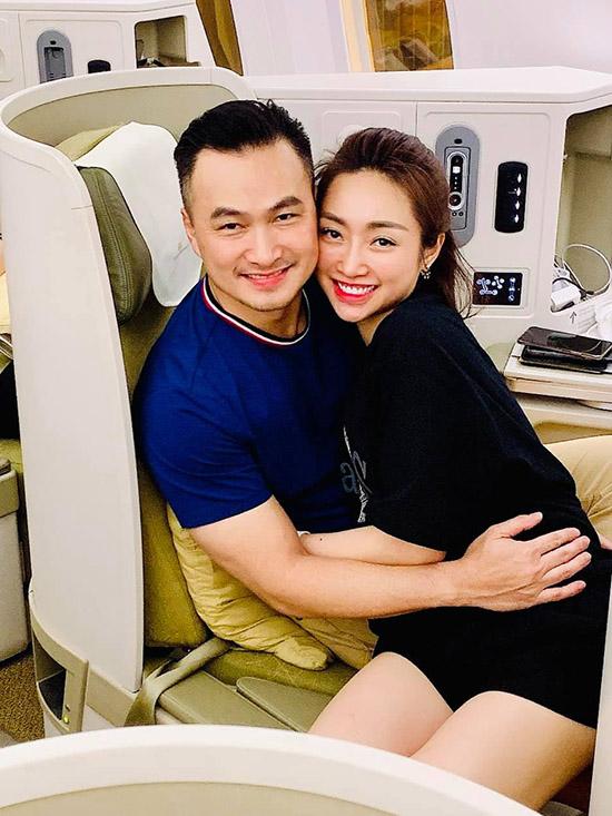 Cặp đôi thường xuyên có những chuyến du lịch, nghỉ dưỡng cùng nhau. Ở trên máy bay họ cũng quấn quýt như sam.