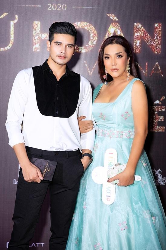 Ca sĩ Cindy Thái Tài đi event cùng người mẫu - bác sĩ Brơi K.