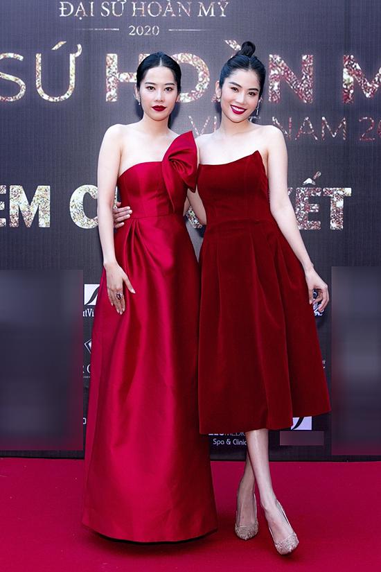 Hai chị em Nam Em - Nam Anh mặc đồng điệu.
