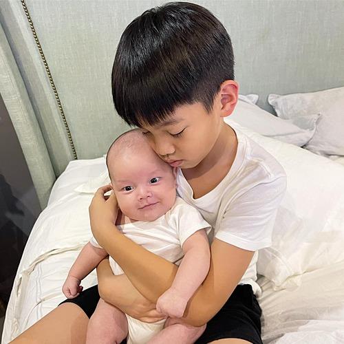 Hồ Ngọc Hà chia sẻ khoảnh khắc con trai lớn Subeo thân thiết bên em trai Leon. Nhiều nghệ sĩ, khán giả trêu nữ ca sĩ đẻ thuê vì bé Leon giống hệt Kim Lý.