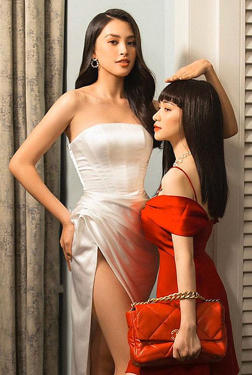 Trước đó, nữ ca sĩ cao 1m55 cũng đăng tải ảnh đọ chiều cao cùng hoa hậu Tiểu Vy và viết: Sông có khúc, người có khúc.