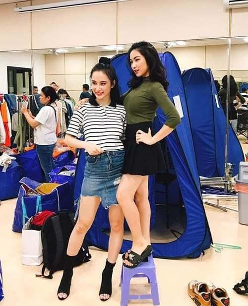 Hoà Minzy phải đứng trên ghế mới có thể đọ chiều cao cùng Angela Phương Trinh.