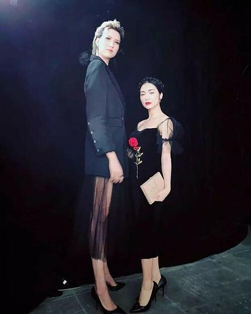 Dù đã đi giày cao gót, Hoà Minzy vẫn chỉ một mẫu khi chụp hình cùng người mẫu cao 1m91 Hồng Xuân.