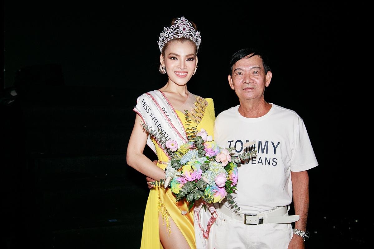 Hoa hậu Chuyển giới Việt Nam 2020 bên cạnh bố.