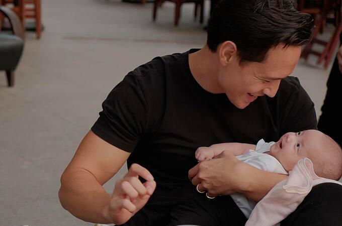 Trên trang cá nhân, diễn viên Kim Lý cũng chia sẻ khoảnh khắc vui đùa bên con gái Lisa.