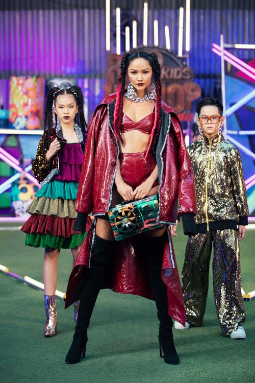 Cùng với Thanh Hằng là màn tái xuất sàn catwalk của hoa hậu HHen Niê.