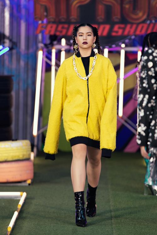 Xây dựng trang phục mang dấu ấn của phong cách rap và hiphop, Hà Nhật Tiến tiếp tục khai thác các mẫu áo bigsize.