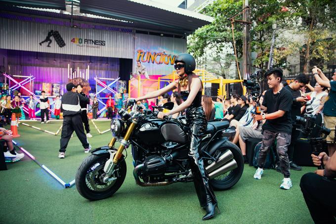 Thanh Hằng đi xe motor khi xuất hiện trên sàn catwalk được dàn dựng ở không gian mở của chương trình Rap hiphop kids fashion show do đạo diễn Nguyễn Hưng Phúc tổ chức.