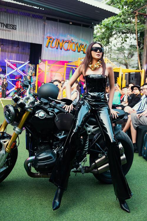 Vedette màn trình diễn bộ sưu tập của Hà Nhật Tiến khiến nhiều khán giả bất ngờ bởi hình ảnh cá tính và không kém phần sexy.