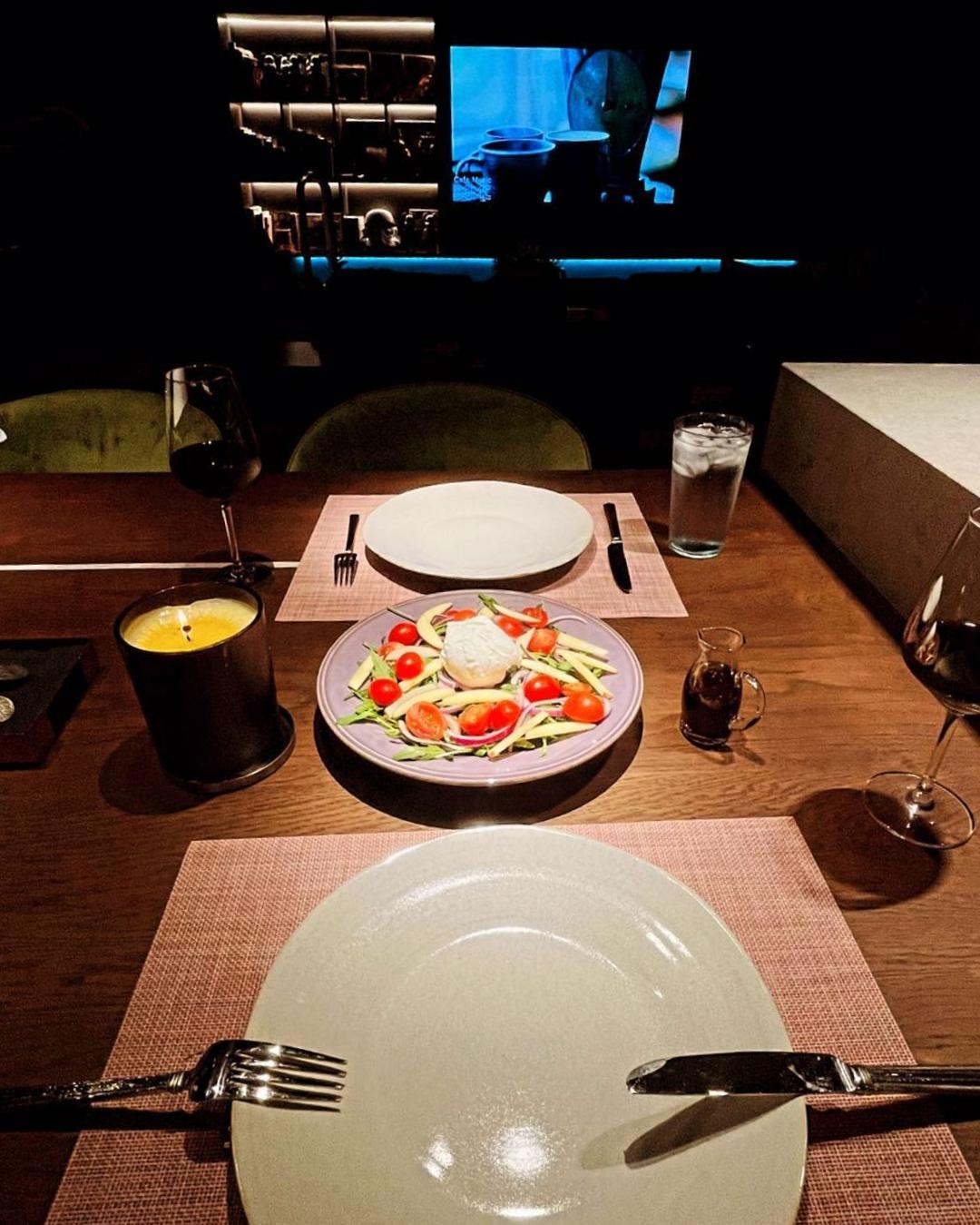 Bữa tối lãng mạn tại gia của hai vợ chồng Tóc Tiên.