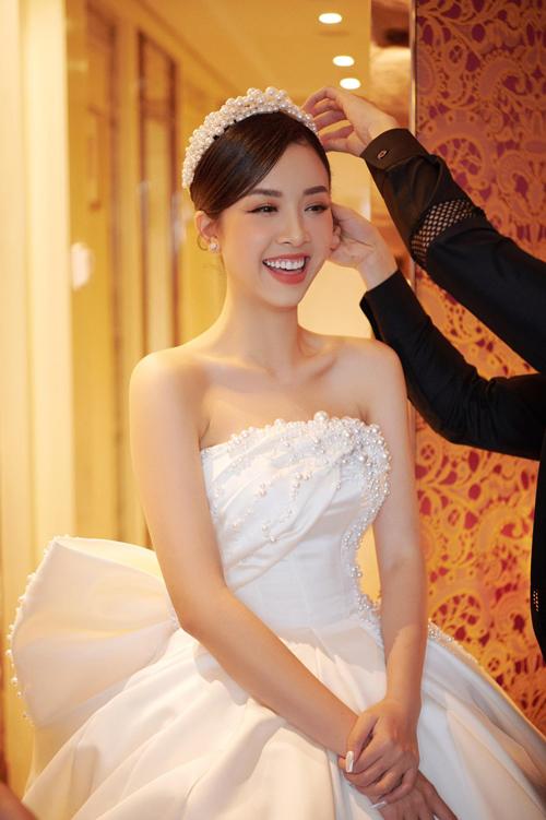 Cô dâu rất thích nơ, thế nên tôi đã thiết kế váy dựa theo sở thích của Thúy An, anh bật mí.