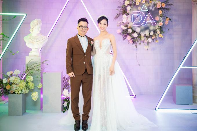 Ngày 23/1, á hậu Thúy An đã tổ chức đám cưới với chú rể Ngọc Duy tại TP HCM. Người đẹp đã diện nhiều váy cưới tới từ các thương hiệu khác nhau, trong đó có váy đón khách là từ NTK Lâm Lâm.