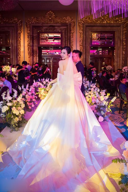 Mặt sau váy đính nơ theo sở thích của cô dâu, tạo điểm nhấn điệu đà cho trang phục tối giản.