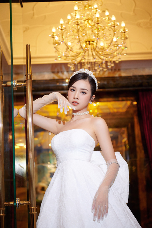 Ý tưởng này được đưa ra sau nhiều lần NTK thảo luận với cô dâu và quyết định váy cưới tối giản để làm toát lên vẻ đẹp Á đông của Thúy An, thể hiện tính cách nhẹ nhàng của người đẹp.