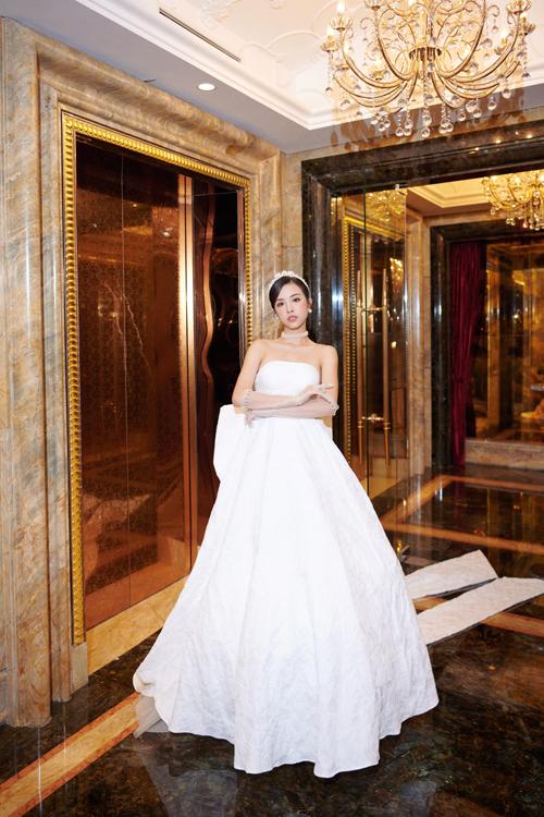Chúng tôi không quá cầu kỳ trong các chi tiết đính kế mà tập trung vào chất liệu, thiết kế để giúp cô dâu có vẻ đẹp gợi cảm, quyến rũ phù hợp concept tiệc, bộ đôi bộc bạch.
