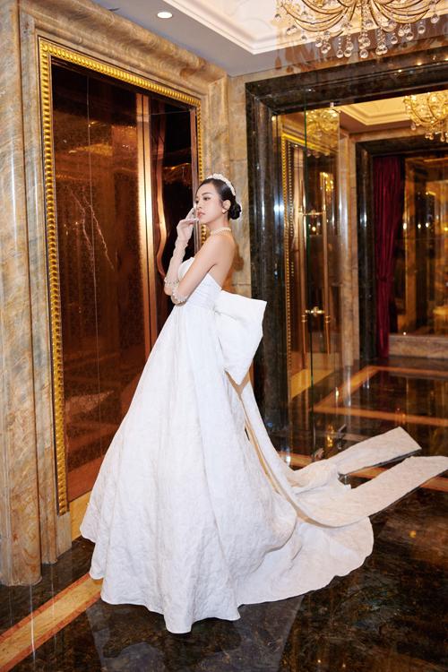 Tùng váy xòe với đuôi mullet dài phù hợp cho tiệc cưới sang trọng.  Điểm nhấn của mẫu đầm là nơ to bản cách điệu phía lưng. Chúng tôi không quá cầu kỳ trong các chi tiết đính kế mà tập trung vào chất liệu, thiết kế để giúp cô dâu có vẻ đẹp gợi cảm, quyến rũ phù hợp concept tiệc, bộ đôi bộc bạch.