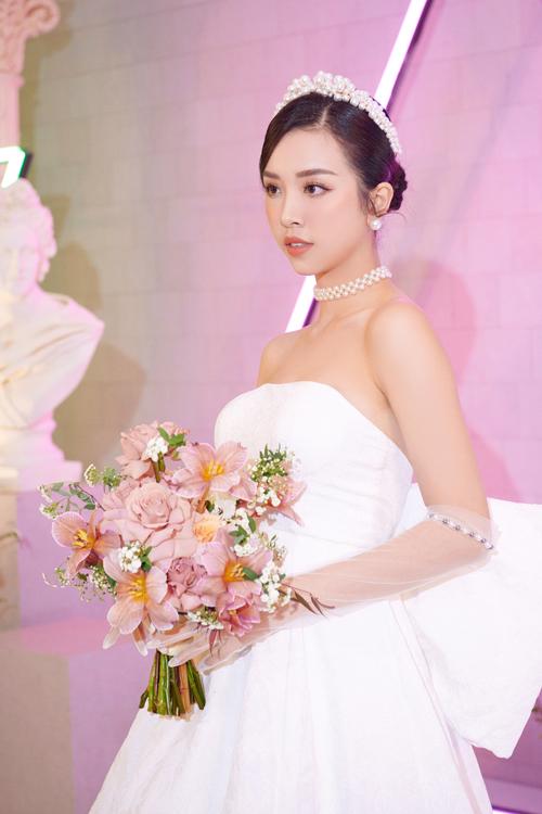 Trong tối 23/1, cô dâu Thúy An còn diện một váy cưới tới từ hai người anh thân thiết Vũ Ngọc và Son với thời gian làm váy ngắn kỷ lục chỉ hơn 1 tuần.