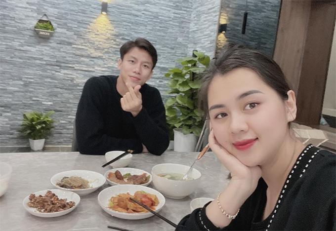 Vợ chồng Quế Ngọc Hải trong bữa cơm đầu tiên tại nhà mới. Ảnh: QNH.