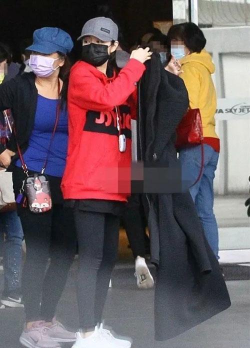 An Dĩ Hiên xuất hiện ở sân bay hôm 24/1.