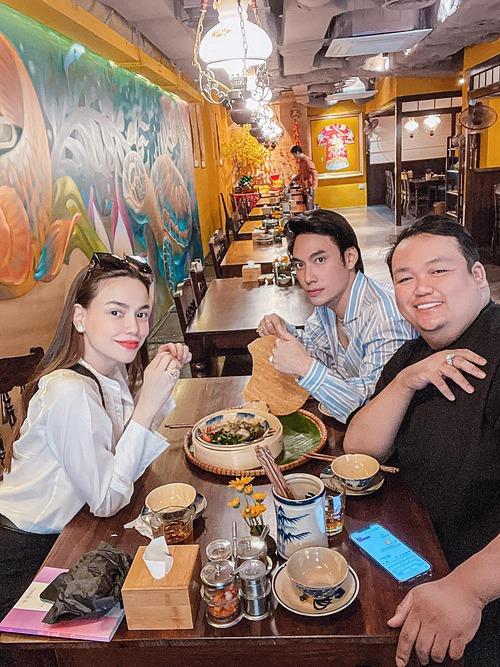 Ca sĩ Hồ Ngọc Hà thưởng thức bánh canh cá lóc cùng NTK Lý Quí Khánh và một người bạn khi có dịp ra Hà Nội.