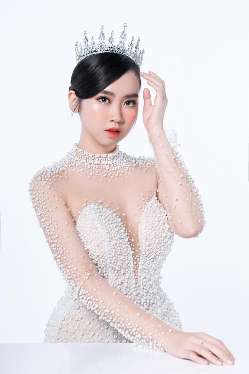 Ở tiệc tối Thịnh Nguyễn nhấn thêm son đỏ phần lòng môi để cô dâu trông nổi bật hơn ở sân khấu, mắt được trau chuốt thêm nhũ sáng và kẻ mắt nước.
