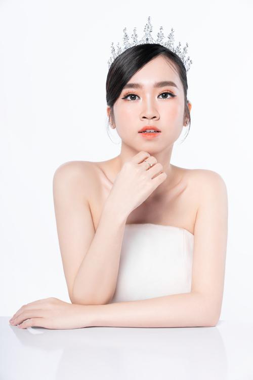 Kiểu makeup và tóc này hợp với các phụ kiện cưới ánh kim, cô dâu muốn ăn gian chiều cao thêm có thể chọn thêm vương niệm lấp lánh.
