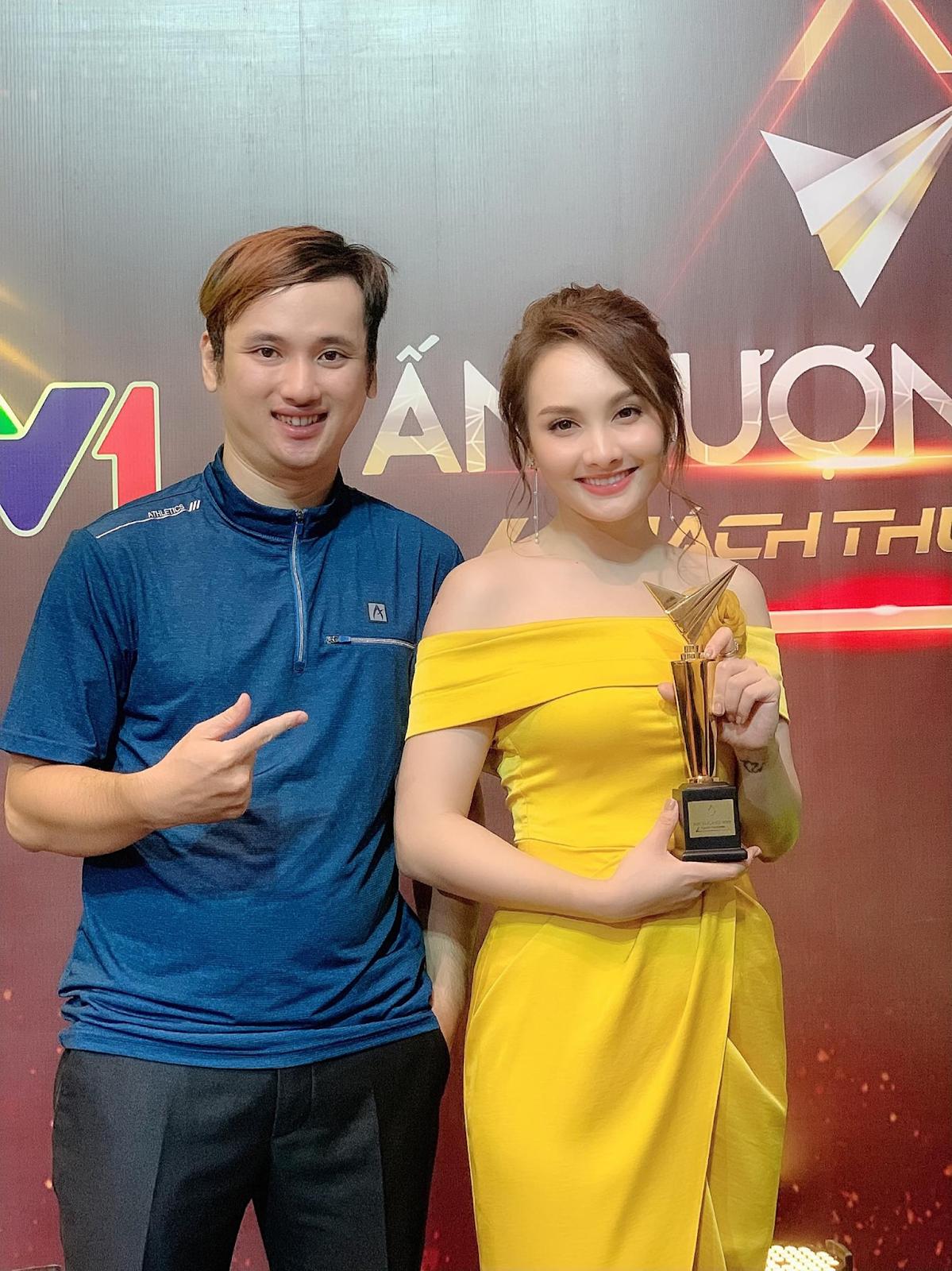 Phạm Cường chụp ảnh cùng diễn viên Bảo Thanh.