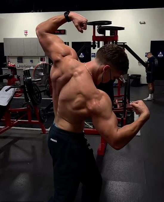 Con rơi của Arnold Schwarzenegger khoe cơ bắp.