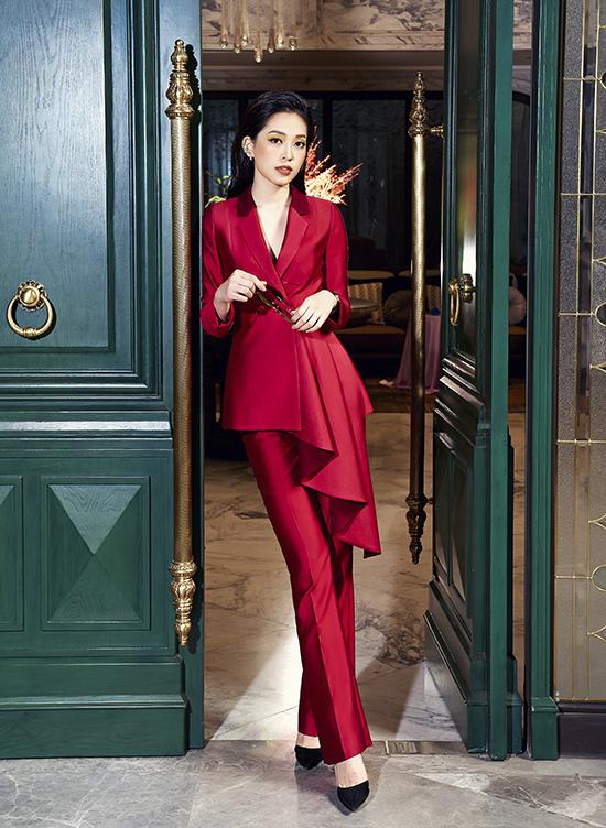Phương Nga diện trang phục nữ quyền của NTK Xuân Lê