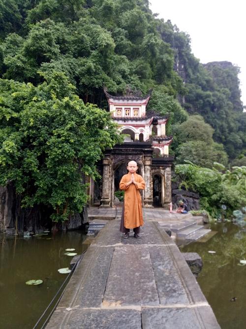 Hoàng Long trong tạo hình Tiểu Tị tại chùa Bích Động, Ninh Bình - một trong các  bối cảnh của phim Trạng Tí phiêu lưu ký.