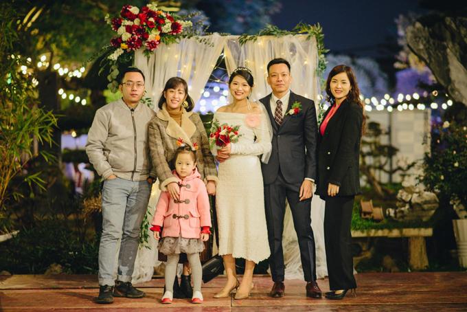 Do đã tổ chức đám cưới ở hai quê nên cô dâu Thùy Dung (27 tuổi, Nghệ An) và chú rể Viết Dự (34 tuổi, Thái Bình) muốn tổ chức tiệc báo hỷ ở Hà Nội (nơi mà hai vợ chồng sinh sống, làm việc) một cách ấm cúng, tiết kiệm với kinh phí chỉ với 10 triệu đồng vào cuối năm 2020.