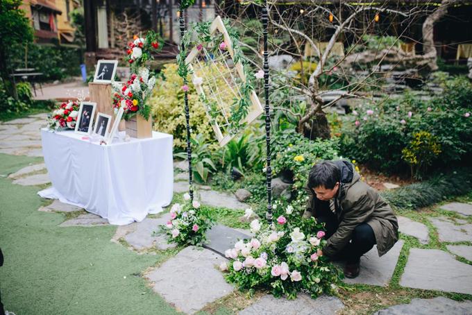 Phụ huynh đang giúp uyên ương gia cố lại khu vực chụp hình. Tổng số tiền mà Thùy Dung chi cho hoa cưới là 1,5 triệu đồng. Tuy nhiên, cô dùng không hết nên còn dư rất nhiều hoa để cắm trong nhà và bàn làm việc.