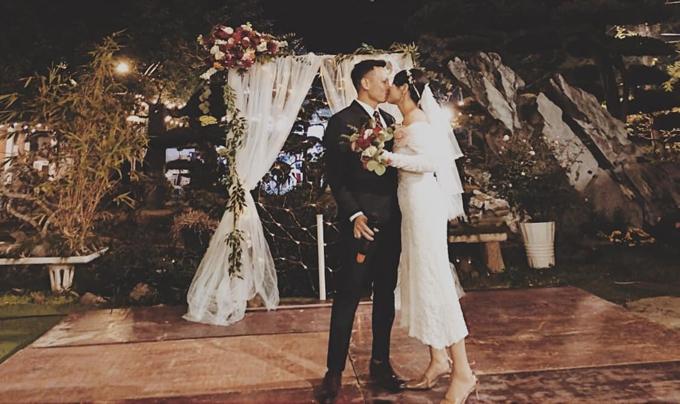 Vải voan backdrop là do Dung đặt trên mạng với giá gần 200.000 đồng và cô tự may lấy. Hoa cầm tay cô dâu, chú rể đều do Dung thực hiện.