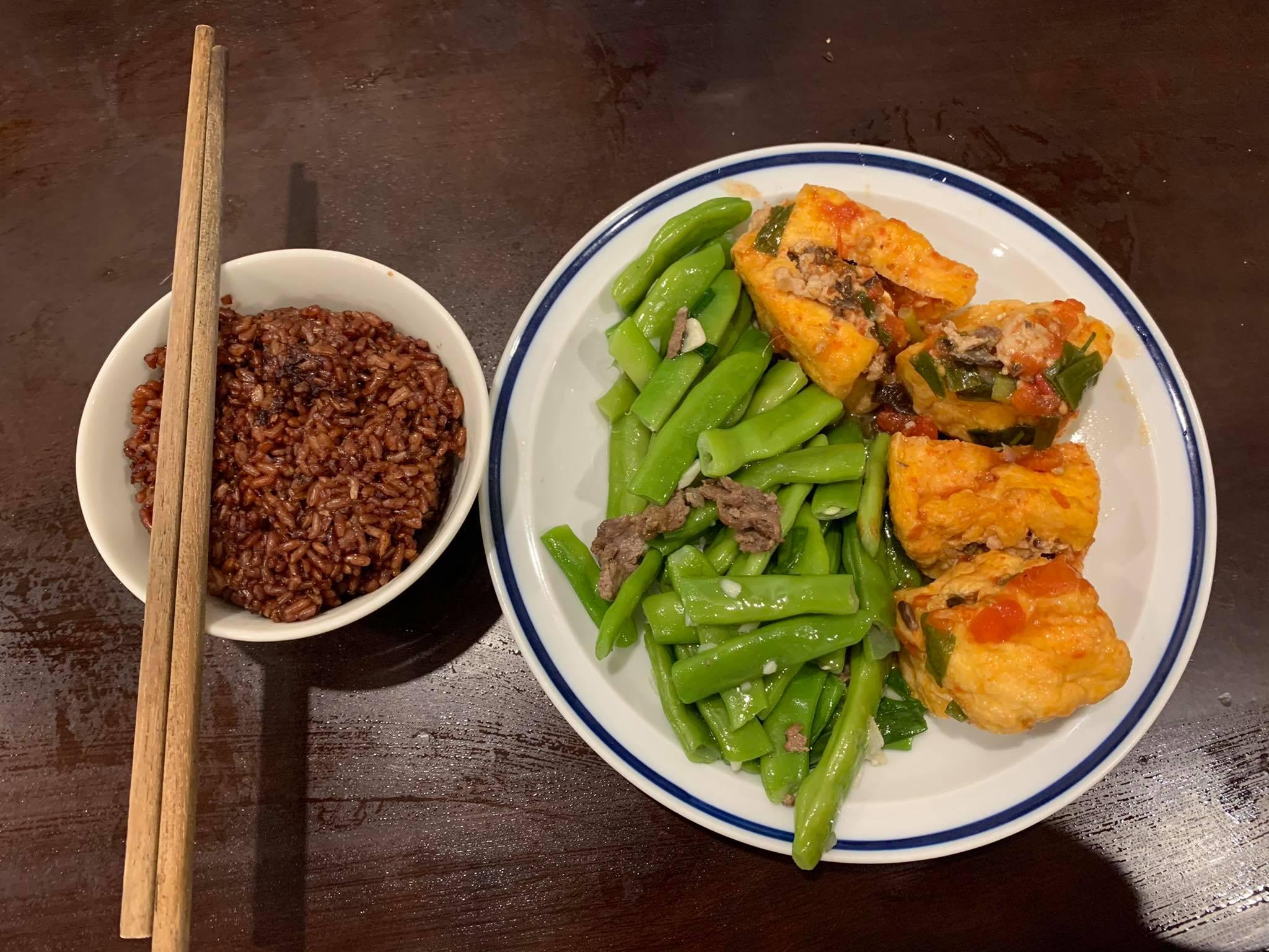 Ca sĩ Khánh Linh nói không với việc bỏ đói cơ thể, chú trọng ăn đủ bữa, đủ chất với liều lượng vừa phải.