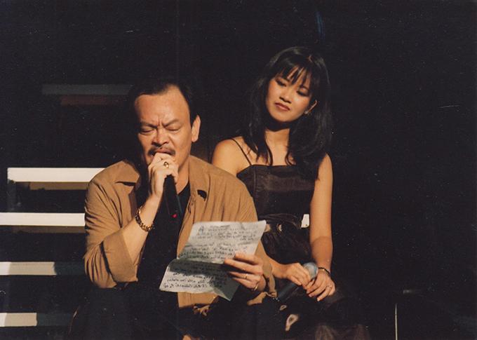 Nhạc sĩ Thanh Tùng trong một lần tập nhạc cùng Hồng Nhung lúc sinh thời.