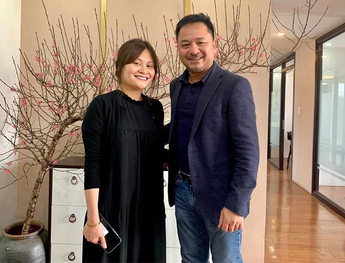 Chị Bạch Dương - con gái út của cố nhạc sĩ Thanh Tùng - trong buổi gặp gỡ với nhà sản xuất của liveshow Chuyện tình - ông Nguyễn Thùy Dương.
