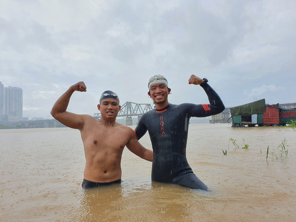 Khánh và Quang là hai người hoàn thành thử thách 200km, bơi đến cửa biển Thái Bình. Ảnh: Nhân vật cung cấp.